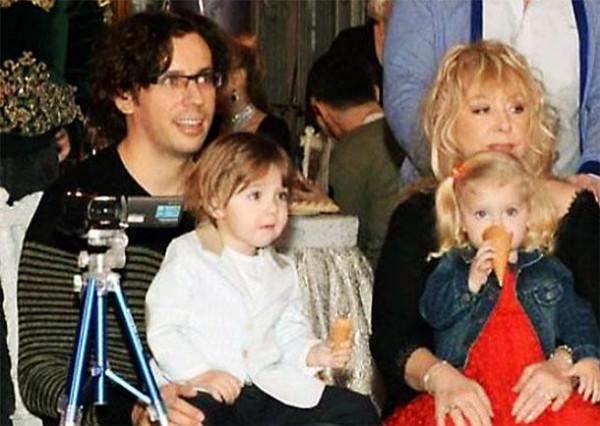 Помолодевшая Пугачева иГалкин сходили ссобственными детьми взоопарк