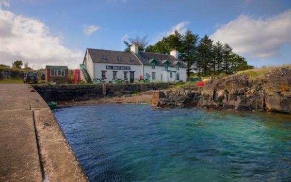 В Шотландии на продажу выставлен остров с церковью и рестораном