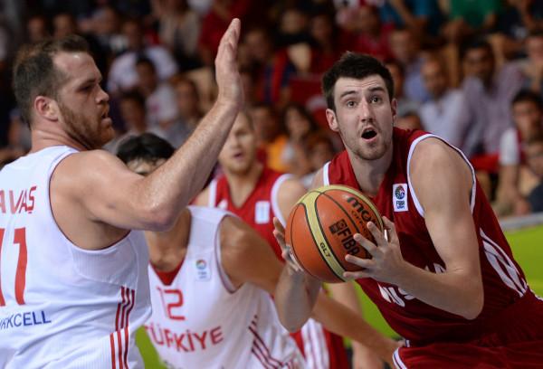 Игроки сборной Турции по баскетболу на руках отнесли своего раненого соперника в отель