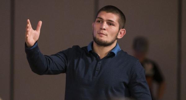 Хабиб Нурмагомедов ударил поклонника под дых