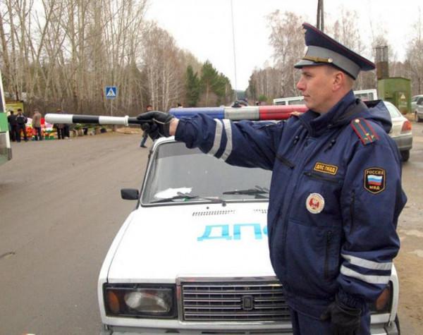 Сотрудникам ГИБДД вернули право останавливать авто вне постов