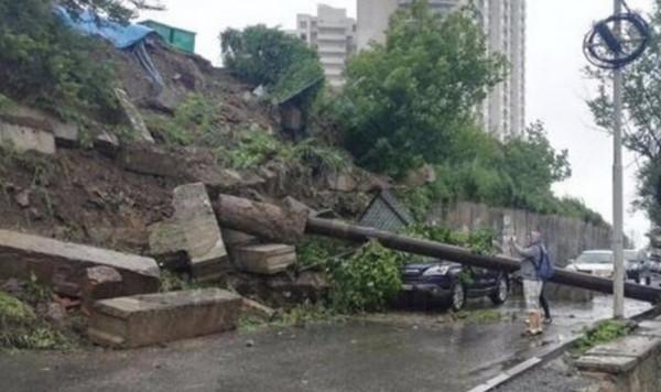 Во Владивостоке на припаркованные авто рухнула подпорная стена