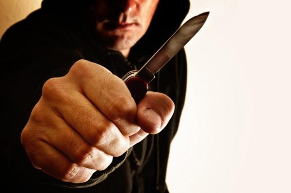 В Омске неизвестный мужчина с ножом напал на прохожего