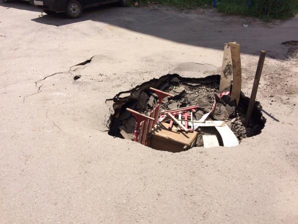 В Ульяновске огромные ямы на дорогах засыпают тумбочками