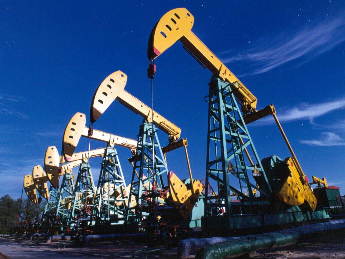 Нефть дешевеет, Brent опустилась до $52 забаррель