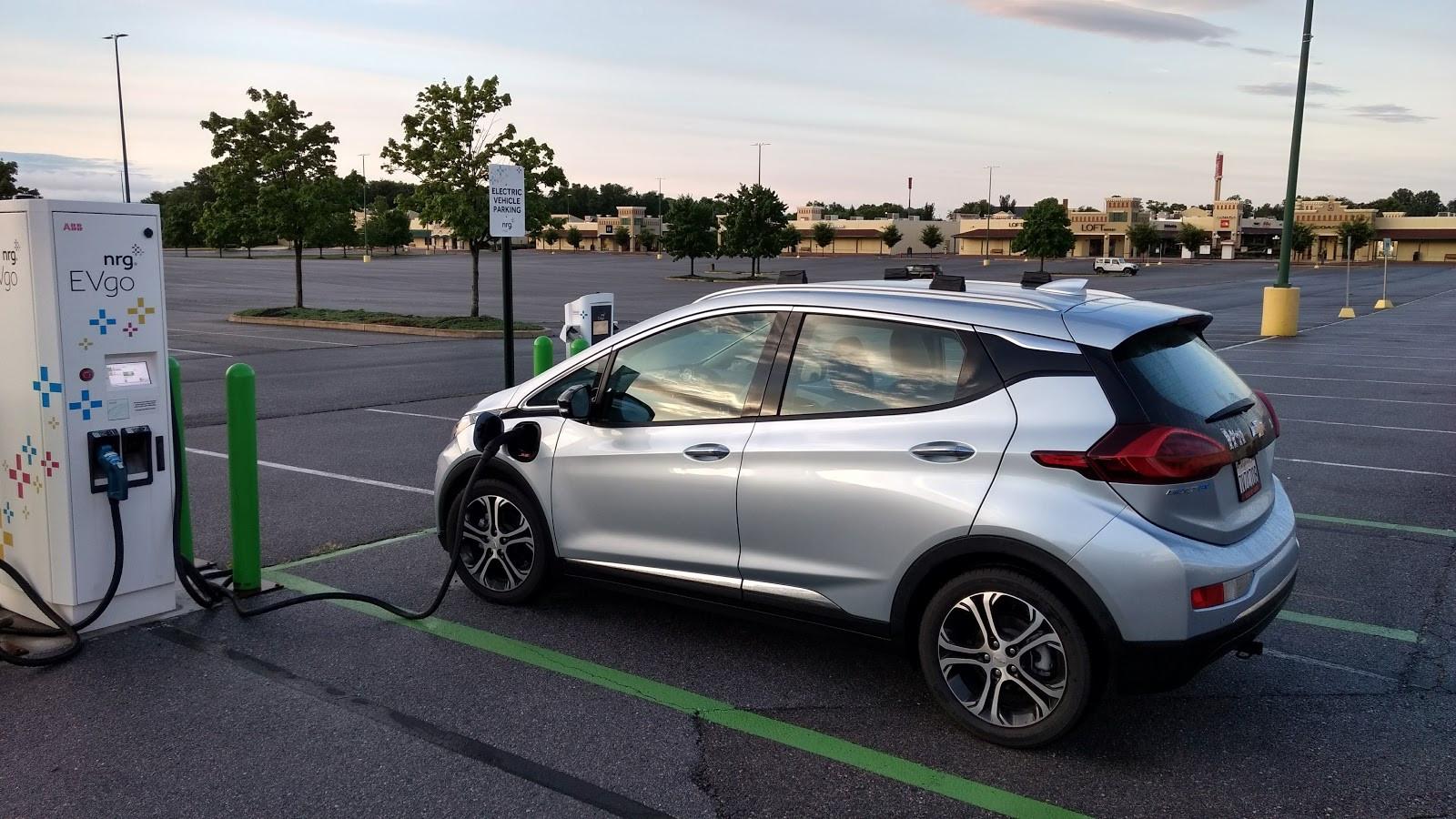 Tesla Model Sпроиграла «бюджетной» Шевроле Bolt вдальности хода— Автоновости