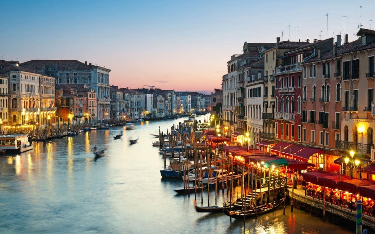 Венеция оценила купание туристов вканалах штрафом в500евро