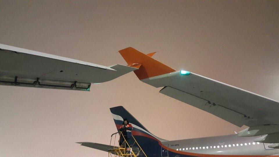 Ваэропорту Индонезии два самолета столкнулись крыльями