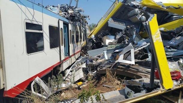 Поезд сошел срельсов из-за оползня вИталии
