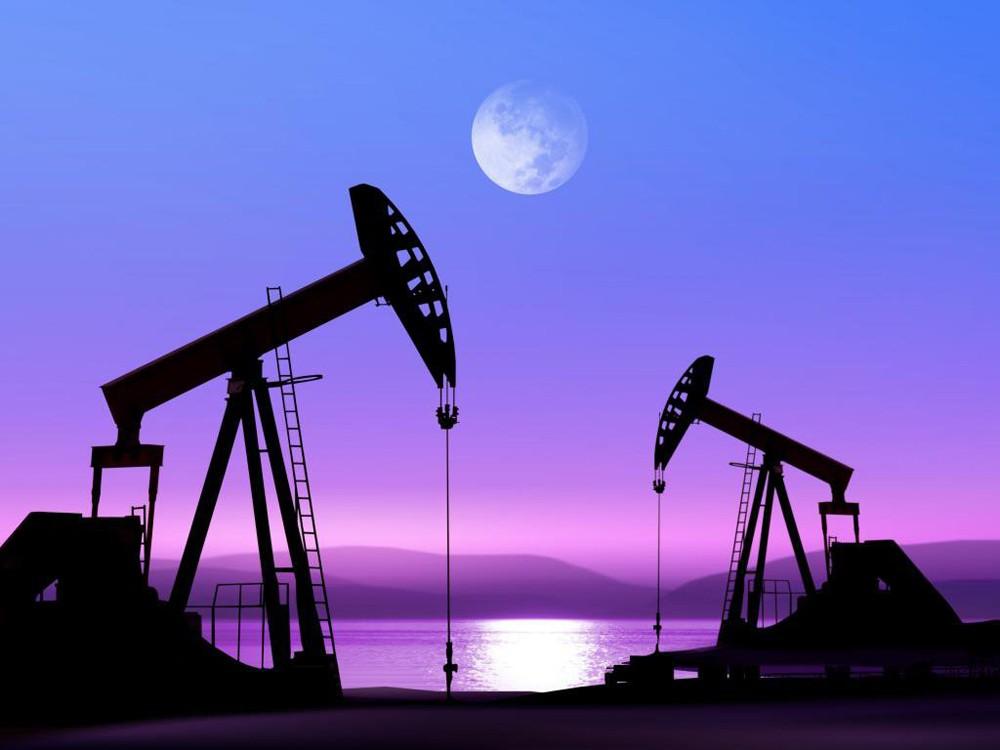 Нефть дешевеет, но Brent держится выше $52 за баррель