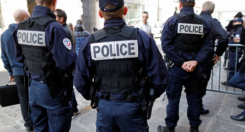 Впригороде Парижа автомобиль врезался ввоенных