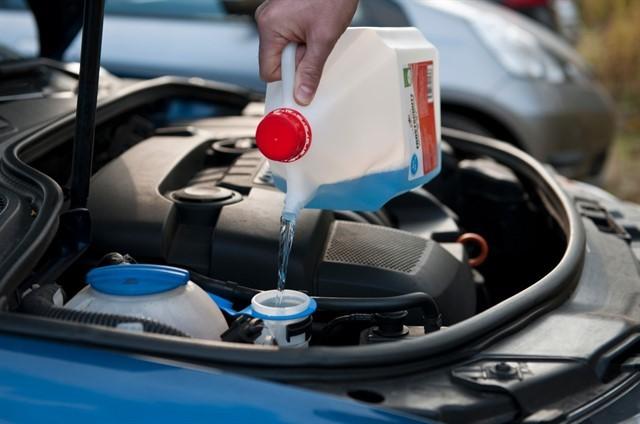 Форд придумал новый способ заливать «омывайку»