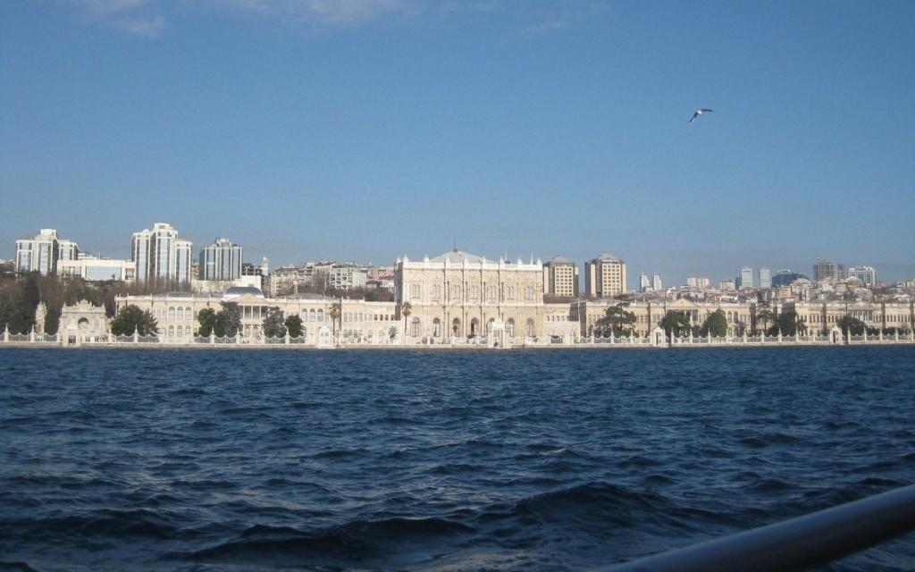 Турция временно остановила судоходство впроливе Босфор