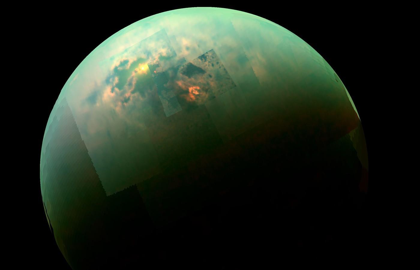 NASA показали уникальное голубое свечение Сатурна