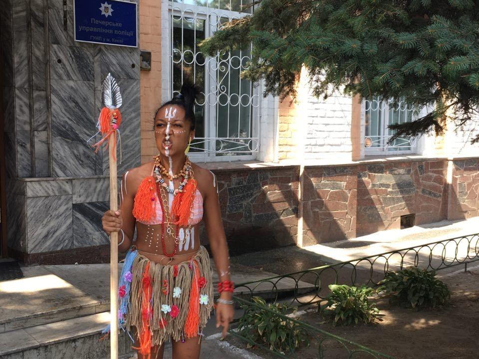 Активистка Femen пришла надопрос полуголой ископьем— Украинские людоеды