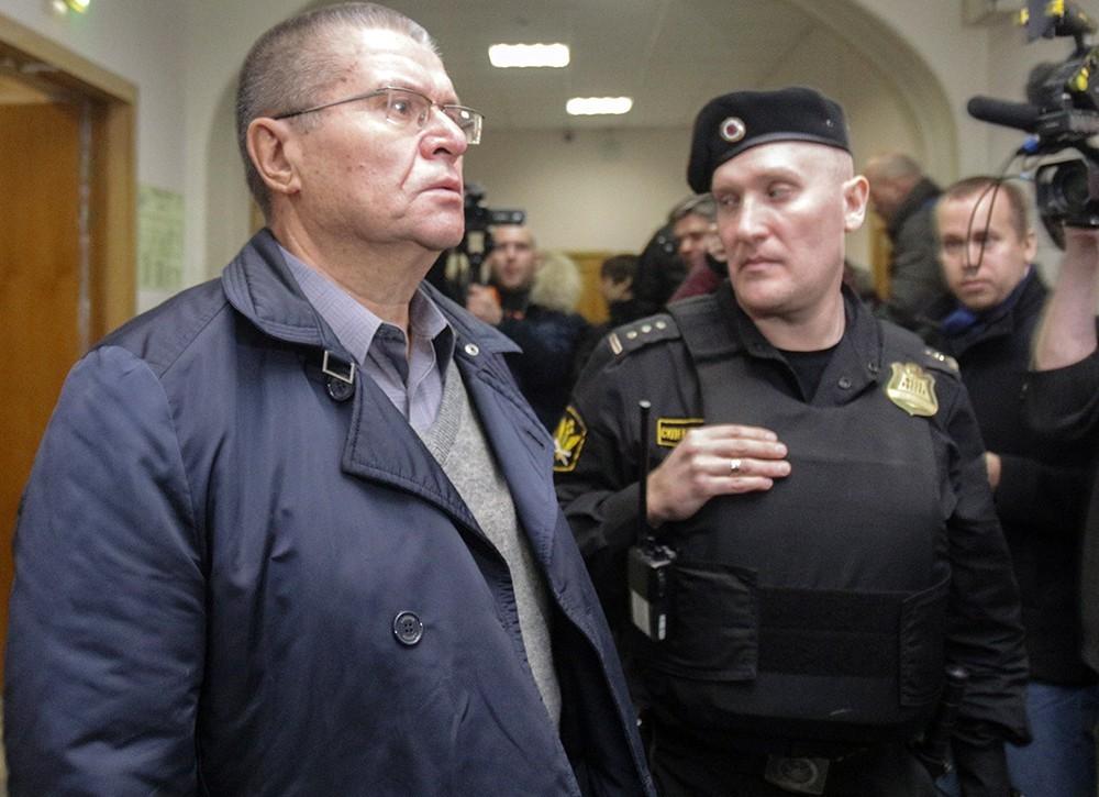 Сечин лично сообщил 2 млн долларов Улюкаеву— генпрокуратура