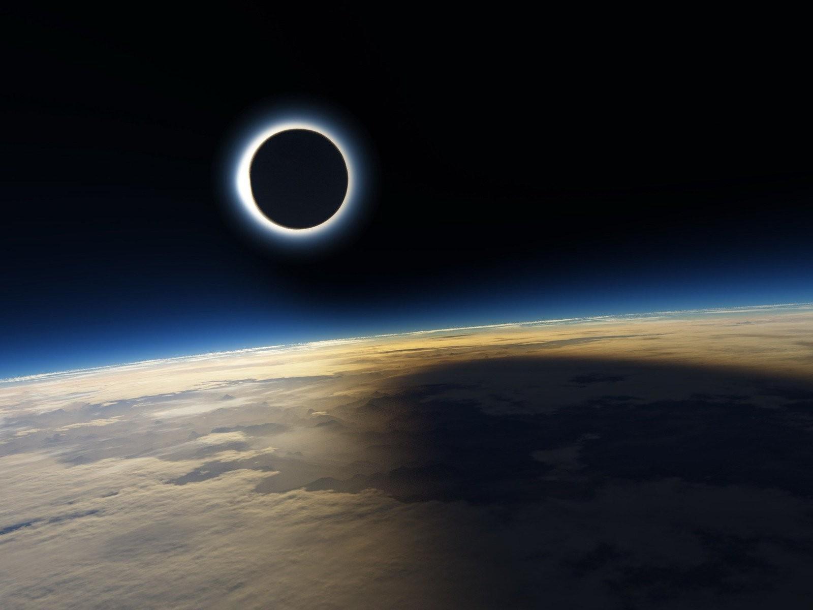 Спутник NASA зафиксировал черное тело возле Солнца во время затмения