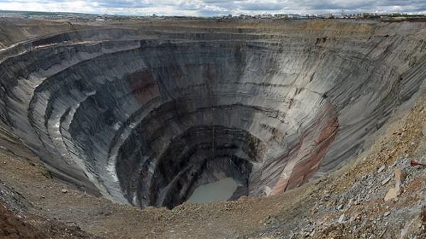 В Якутии госпитализировали горняка, поднятого из рудника «Алросы»