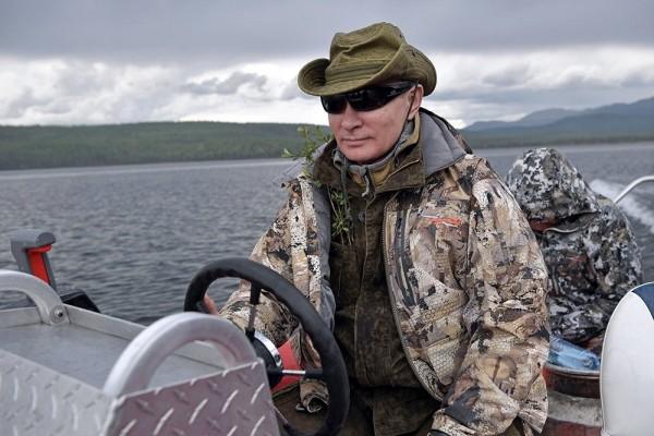 Путин на рыбалке в Туве отказался пить коньяк