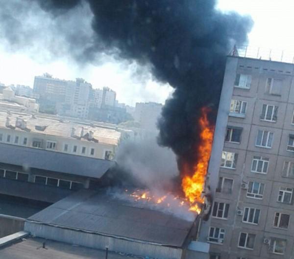 В Уфе возле жилого дома загорелась крыша супермаркета
