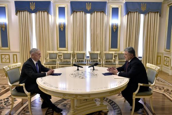 Порошенко обсудил с главой Пентагона ввод миротворцев ООН на Донбасс