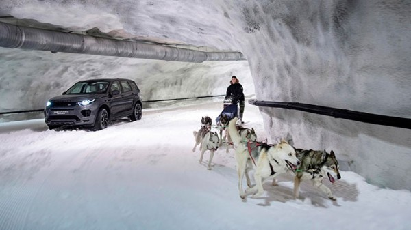 https://vistanews.ru/uploads/posts/2017-08/medium/1503939527_2017-land-rover-sport-takes-on-dog-sled-team-3.jpg