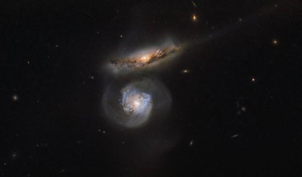 «Хаббл» снял далекие галактики-мегамазеры в созвездии Девы