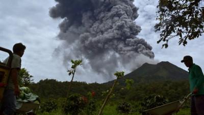 В Индонезии вулкан выбросил 4-метровый столб дыма и пепла