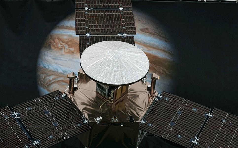 Зонд Juno разгадал загадку вспышек наполюсах Юпитера