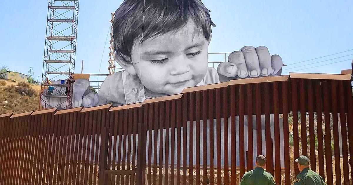Немалый парень встал над границей США иМексики