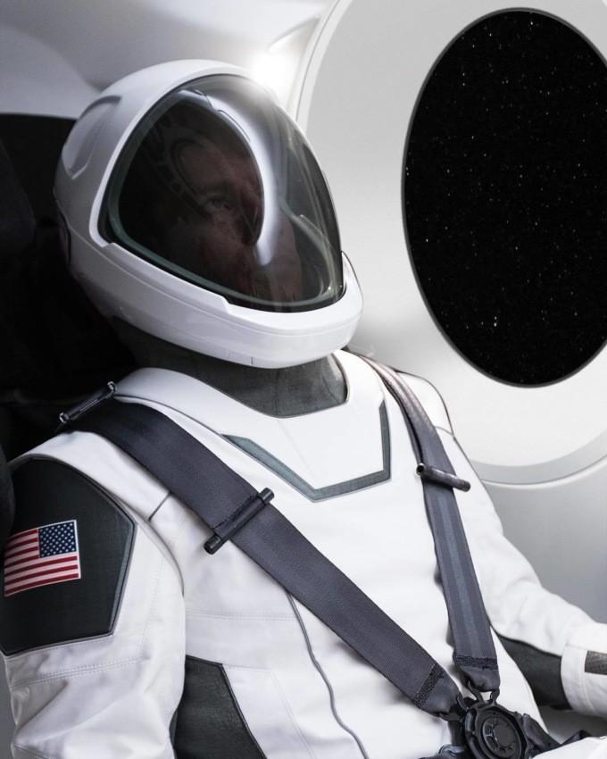 Илон Маск представил первую фотокарточку скафандра отSpaceX