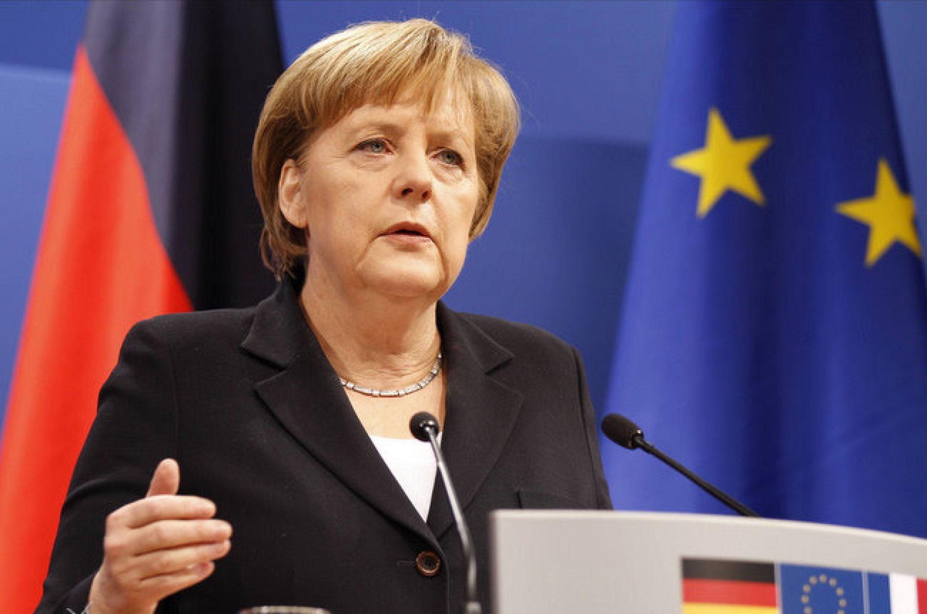 Канцлера ФРГ Ангелу Меркель забросали помидорами