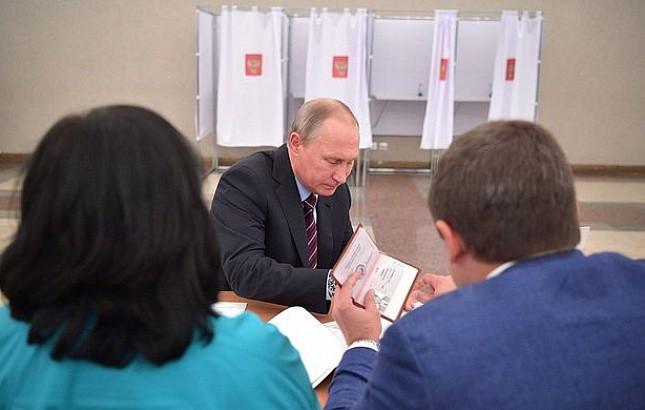 Размещена  фотография паспорта В.Путина