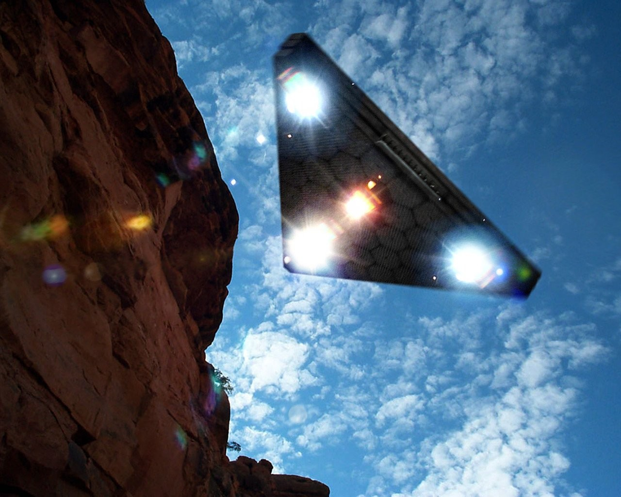 Уфологи разглядели треугольный объект настаром фотоснимке NASA