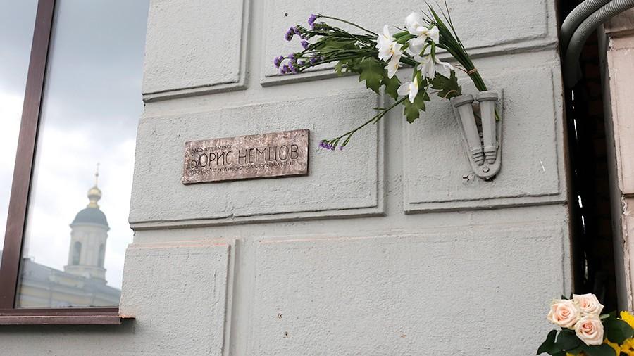 Мемориальную табличку Борису Немцову посоветовали расположить вподъезде дома