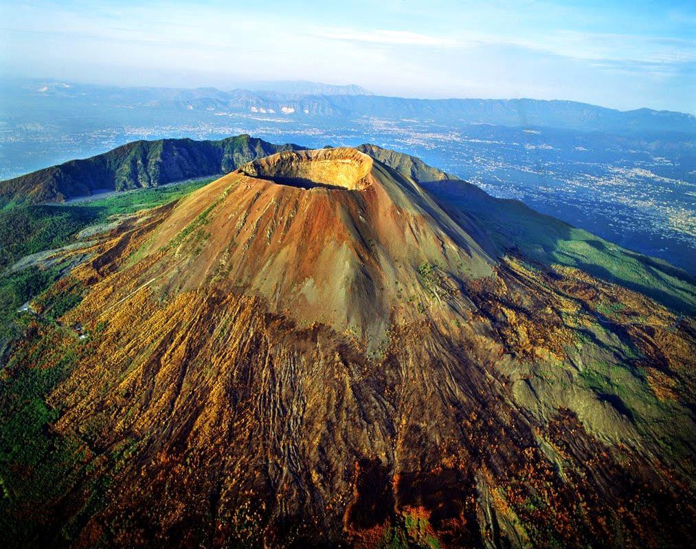 ВИталии три человека провалились вкратер действующего вулкана