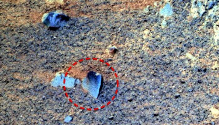 Уфологи отыскали обломки НЛО вкратере Марса наснимках NASA