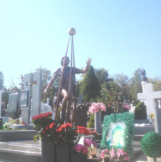ВКиеве открыли монумент  футболисту «Динамо» Гусину, который разбился намотоцикле