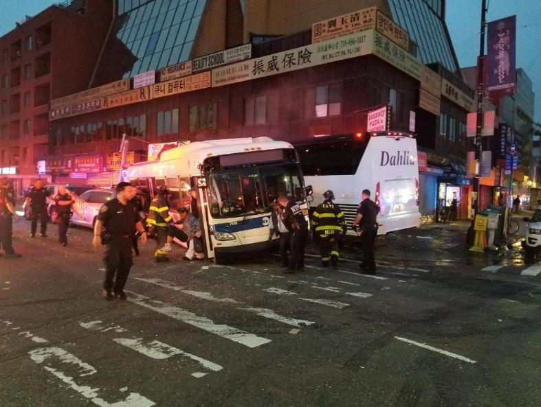 ВНью-Йорке столкнулись два пассажирских автобуса, есть жертвы