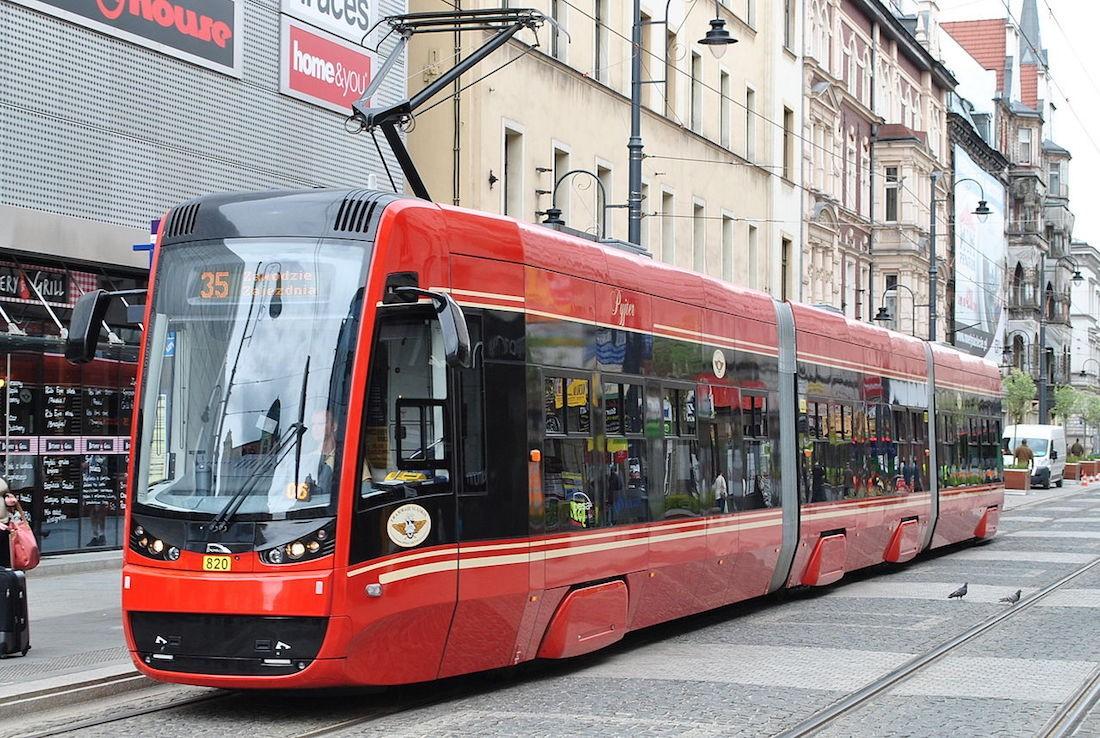 ВПольше украинца приковали цепью изаставили 9 часов мыть трамвай