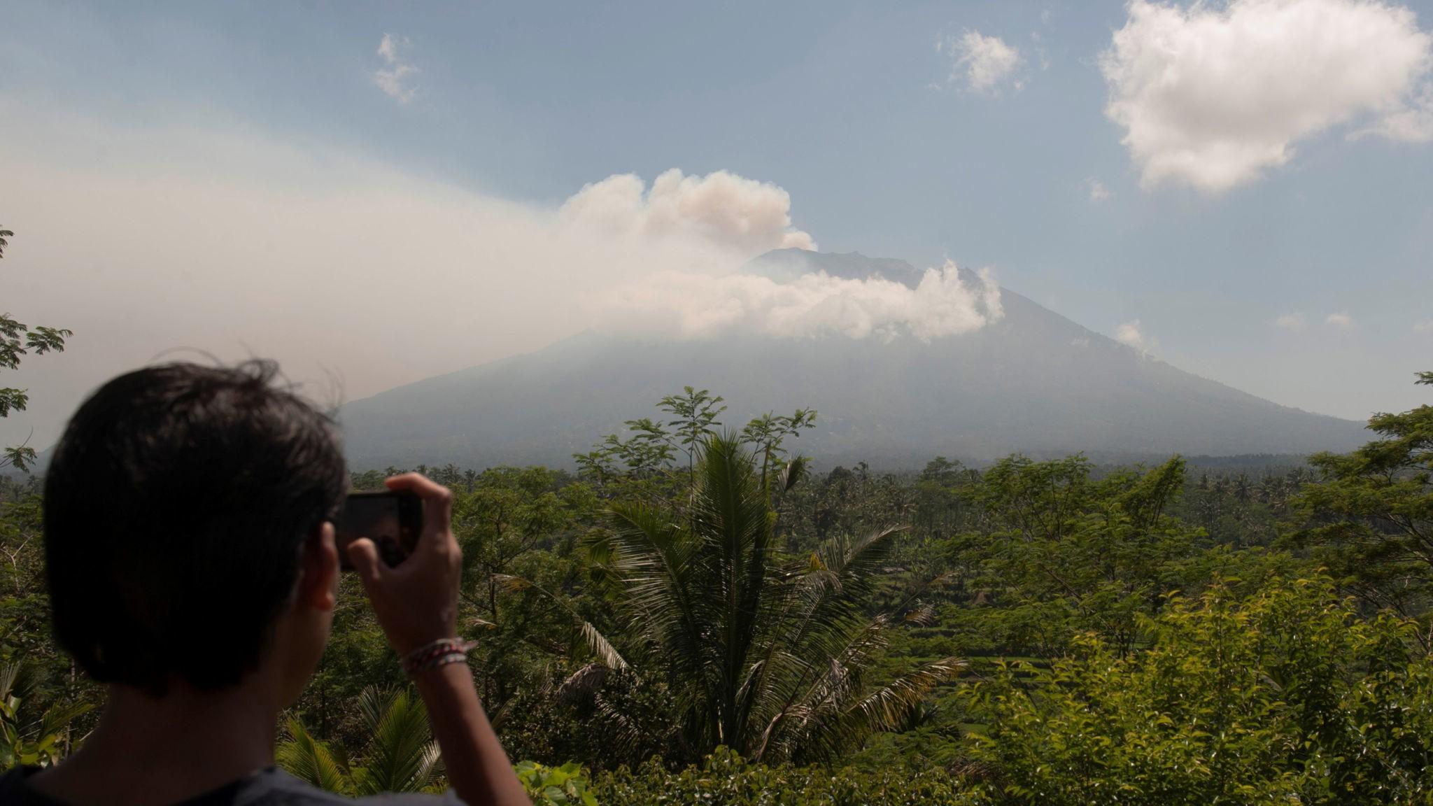 Десятки тыс.  эвакуированы: наБали проснулся мощный  вулкан