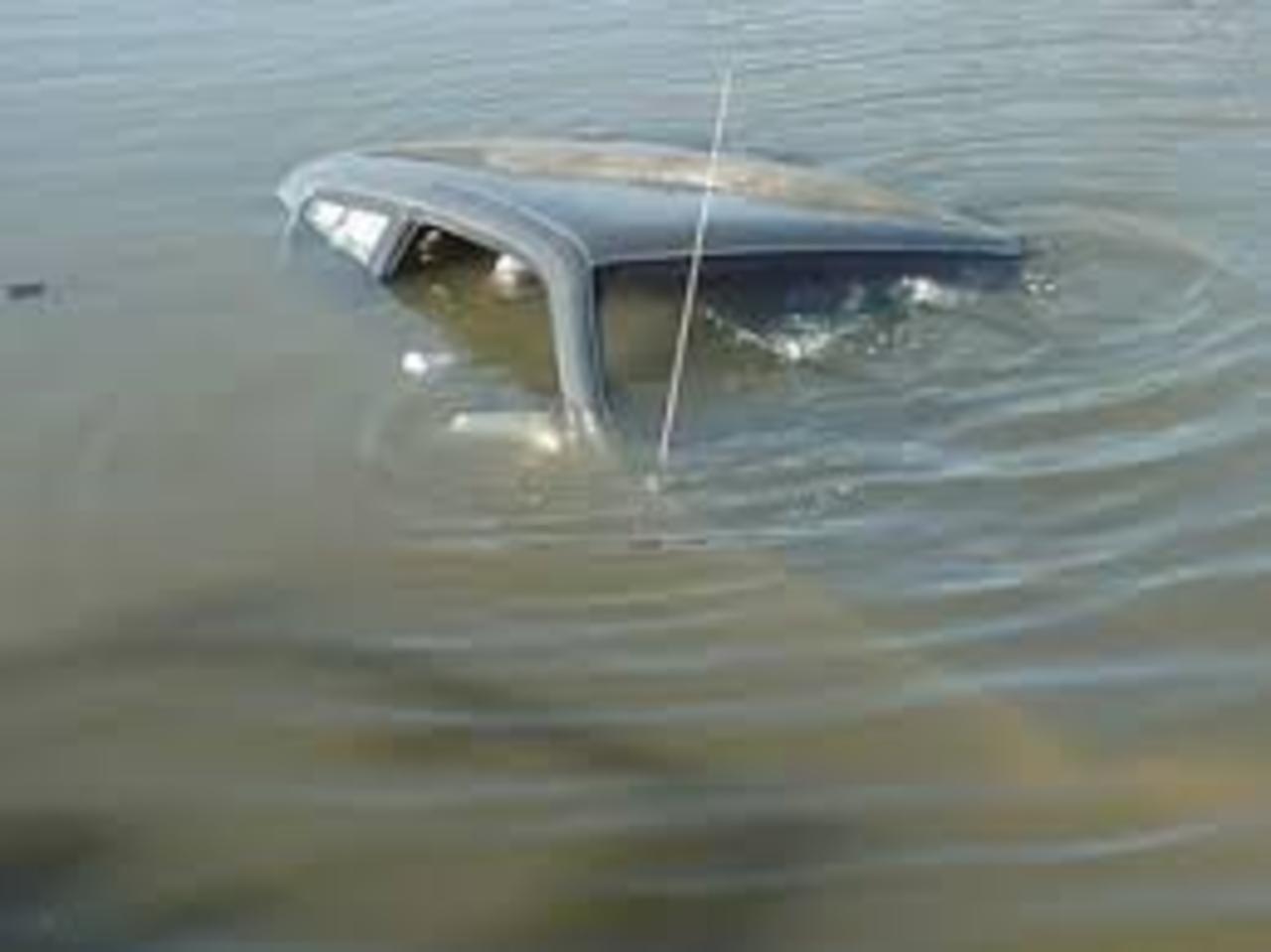 Полицейский-рыбак спас ребенка изупавшей вреку «девятки»