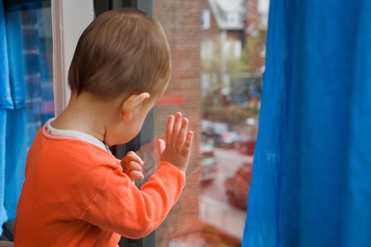 Четырехлетний ребенок умер при падении изокна жилого дома назападе столицы