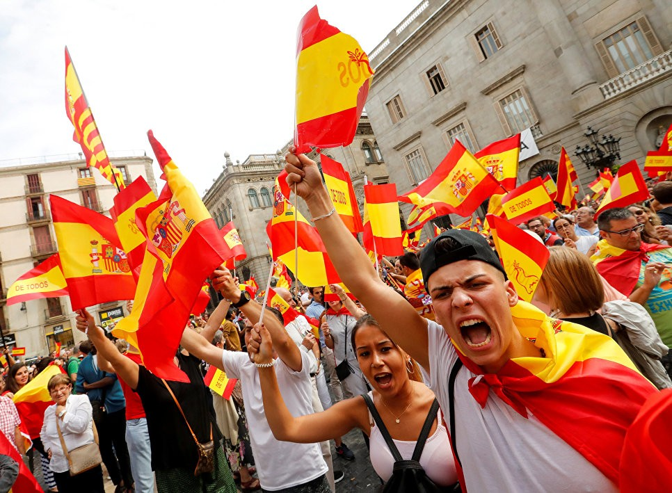 Акция протеста приверженцев единства Испании вБарселоне