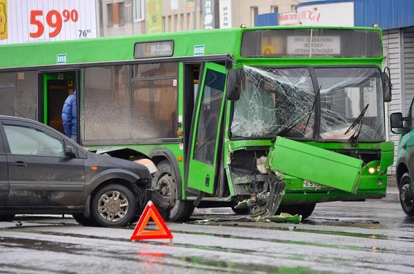 В Екатеринбурге в ДТП с 2 автобусами пострадали 5 человек