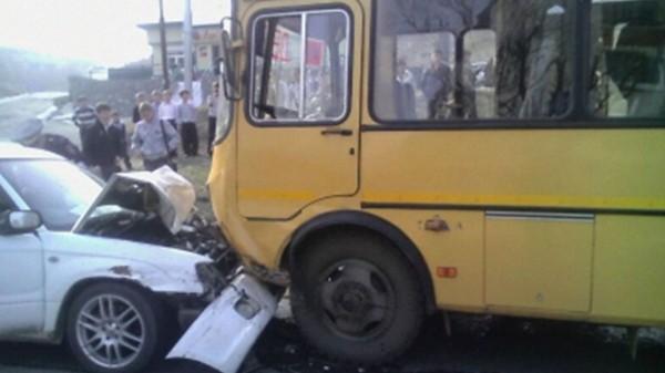 В Приморье из-за столкновения автобуса с легковушкой погибли 3 человек