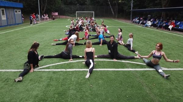 Десятки людей продемонстрировали умение делать шпагат на флэшмобе в парке