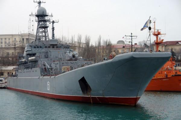 Под аркой Крымского моста впервые прошел корабль Черноморского флота