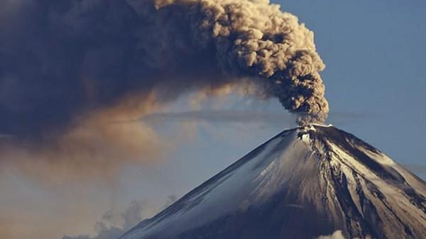 Два вулкана на Камчатке выбросили столбы пепла