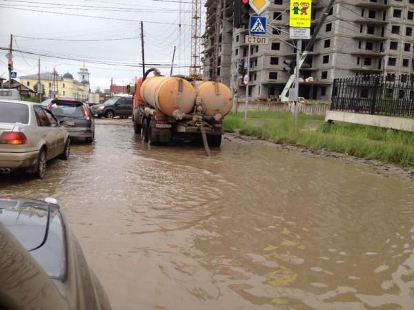 Аномальный ливень затопил улицы Якутска